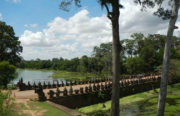 South gate Angkor Thom City, Siem reap cycling tour